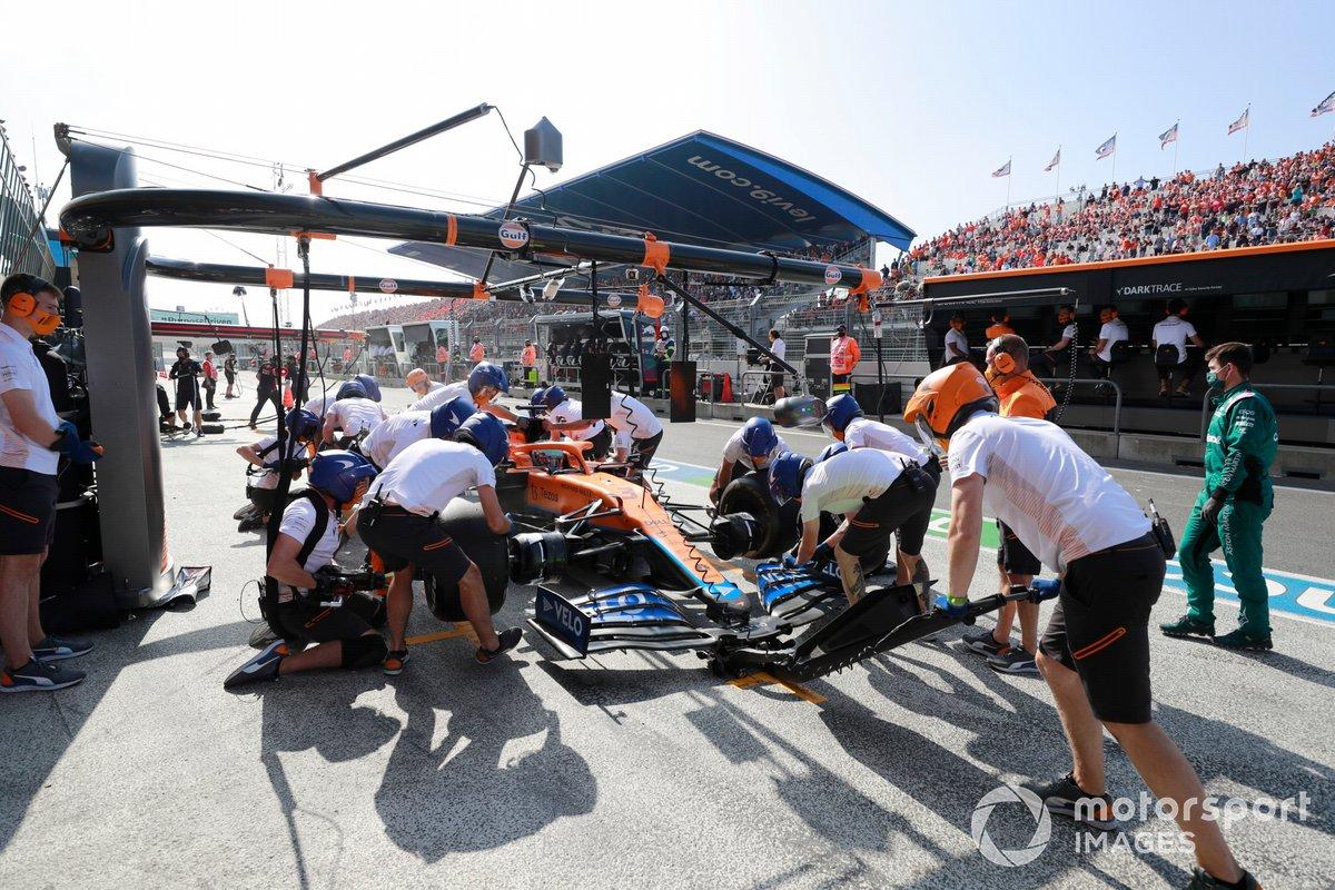 Daniel Ricciardo, McLaren MCL35M, pit stop