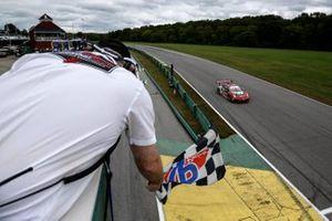 #9: Pfaff Motorsports Porsche 911 GT3R, GTD: Zacharie Robichon, Laurens Vanthoor toma la bandera a cuadros