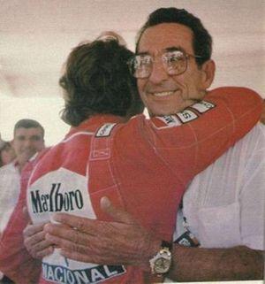 Milton Senna abbraccia Ayrton Senna