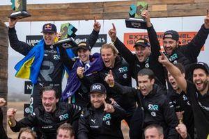 Johan Kristoffersson, Rosberg X Racing, y Molly Taylor, Rosberg X Racing, 1ª posición, celebran con Nico Rosberg, fundador y CEO, Rosberg X Racing, y el equipo en el podio