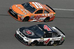 Kevin Harvick, Stewart-Haas Racing Chevrolet, et Carl Edwards, Joe Gibbs Racing Toyota