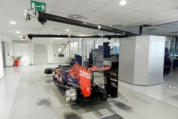Práctica de pit stop en el taller de la Escudería Toro Rosso