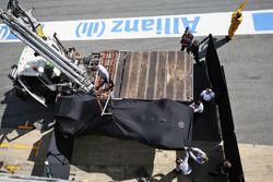 La AMG F1 W07 Hybrid di Lewis Hamilton, Mercedes AMG F1 torna nel box a bordo di un carroattrezzi