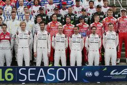 Porsche Team drivers-rijders bij de groepsfoto (L naar R): Brendon Hartley; Mark Webber; Timo Bernha