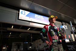 Bruno Senna exibe troféu de vencedor das 6 Horas de Silverstone na LMP2