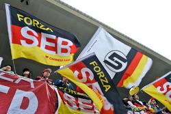 Des fans de Sebastian Vettel, Ferrari dans les tribunes