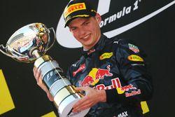1. Max Verstappen, Red Bull Racing, feiert auf dem Podium