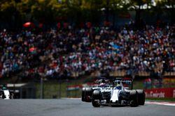Felipe Massa, Williams FW38 y Romain Grosjean, Haas VF-16