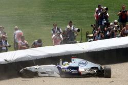 Nick Heidfeld nach seinem Crash in der ersten Kurve