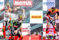Podium, Rennen 2: Sieger Tom Sykes, Kawasaki Racing Team; 2. Davide Giugliano, Aruba.it Racing - Duc