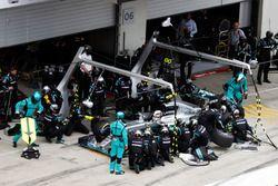 Lewis Hamilton, Mercedes AMG F1 W07 Hybrid s'arrête aux stands