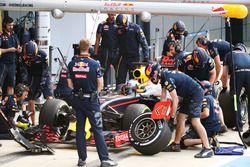 Daniel Ricciardo, Red Bull Racing RB12 practica una parada en boxes
