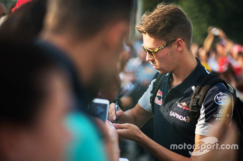 Daniil Kvyat, Scuderia Toro Rosso signs autographs for the fans