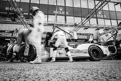 Práctica de pit stop para #1 Porsche Team Porsche 919 Hybrid: Timo Bernhard, Mark Webber, Brendon Ha