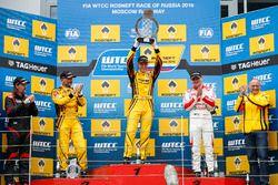 Podium: Race winner Nicky Catsburg, LADA Sport Rosneft, Lada Vesta; James Thompson, All-Inkl Motorsp