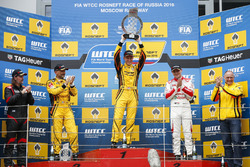 Podium : le vainqueur Nicky Catsburg, LADA Sport Rosneft, Lada Vesta; James Thompson, All-Inkl Motorsport, Chevrolet RML Cruze TC1; le deuxième, Gabriele Tarquini, LADA Sport Rosneft, Lada Vesta; le troisième, Norbert Michelisz, Honda Racing Team JAS, Honda Civic WTCC