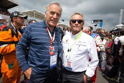 Motorsport.com's technical illustrator Giorgio Piola with Jacky Ickx