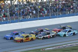 Relance : Joey Logano, Team Penske Ford, Brian Scott, Richard Petty Motorsports Ford en tête