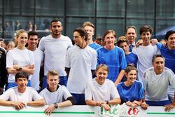 Carmen Jorda, Renault Sport F1 Team piloto de desarrollo; Esteban Gutiérrez, Haas F1 Team; Nico Hulkenberg, Sahara Force India F1; y Adrian Fernández, en el partido de fútbol benéfico:de la pista a la cancha