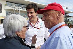 (L naar R): Bernie Ecclestone, met Toto Wolff, Mercedes AMG F1 Aandeelhouder en Executive Director e