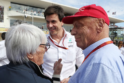 (L to R): Bernie Ecclestone, with Toto Wolff, Mercedes AMG F1 Shareholder and Executive Director and Niki Lauda, Mercedes Non-Executive Chairman on the grid