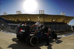 Stoffel Vandoorne, McLaren MP4-31 dans les stands