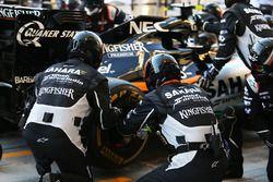 Mecánica de Sahara Force India F1 Team practica paradas en boxes
