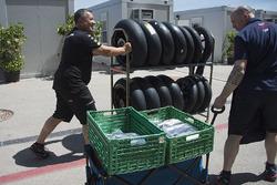 Des membres d'équipes avec des pneus et de l'équipement