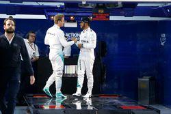 Il vincitore della gara Nico Rosberg, Mercedes AMG F1 Team, festeggia con il compagno di squadra Lew
