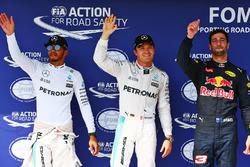 Ganador de la pole Nico Rosberg, Mercedes AMG F1, segundo lugar Lewis Hamilton, Mercedes AMG F1, y t