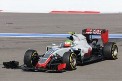 Esteban Gutierrez, Haas F1 Team VF-16 crashes at the start of the race