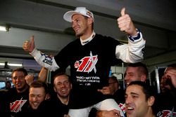 Le Champio Marco Wittmnn, BMW Team RMG, fête son titre avec son équipe