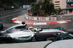Lewis Hamilton, Mercedes AMG F1 W07 Hybrid amplio en pista