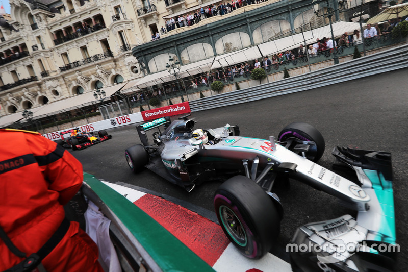 Lewis Hamilton en las calles de Montecarlo