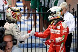 Sebastian Vettel, Ferrari et Lewis Hamilton, Mercedes AMG F1 Team se serrent la main dans le parc fermé