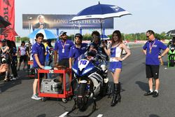 Yuki Ito with lovely Yamaha grid girl