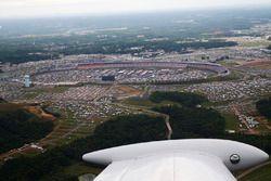 Yarış öncesi uçuş gösterisi - Charlotte Motor Speedway havadan görünüm