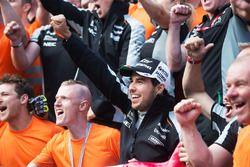 Sergio Pérez, Sahara Force India F1, fête sa troisième place avec son équipe