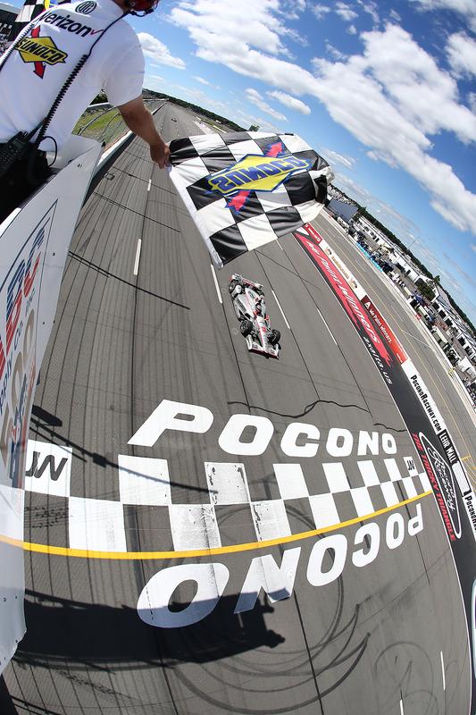 Will Power, Team Penske Chevrolet, passe sous le drapeau à damier