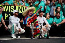 الفائز بالسباق لويس هاميلتون، مرسيدس، المركز الثاني نيكو روزبرغ، مرسيدس