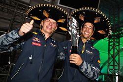 Daniel Ricciardo, Red Bull Racing, en Max Verstappen, Red Bull Racing, op het podium in Mexico