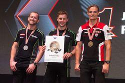 Il podio assoluto 2016: al secondo posto Tom Sykes, Kawasaki; il Campione Jonathan Rea, Kawasaki; al