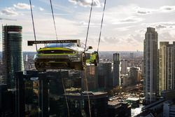 Aston Martin V8 Vantage GTE Challenger levantado por la grúa