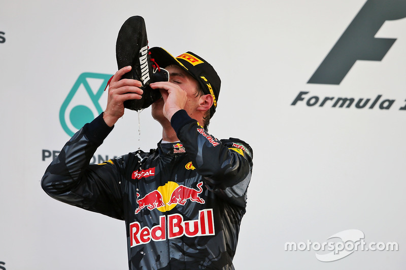Max Verstappen hace un 'shoey' con la bota de su compañero