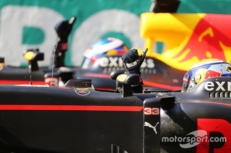 Max Verstappen, Red Bull Racing RB12 celebra con su compañero Daniel Ricciardo, Red Bull Racing RB12al final de la carrera