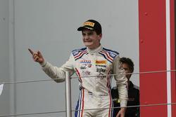 El ganador de carrera 1 Job Van Uitert, Jenzer Motorsport en el podio