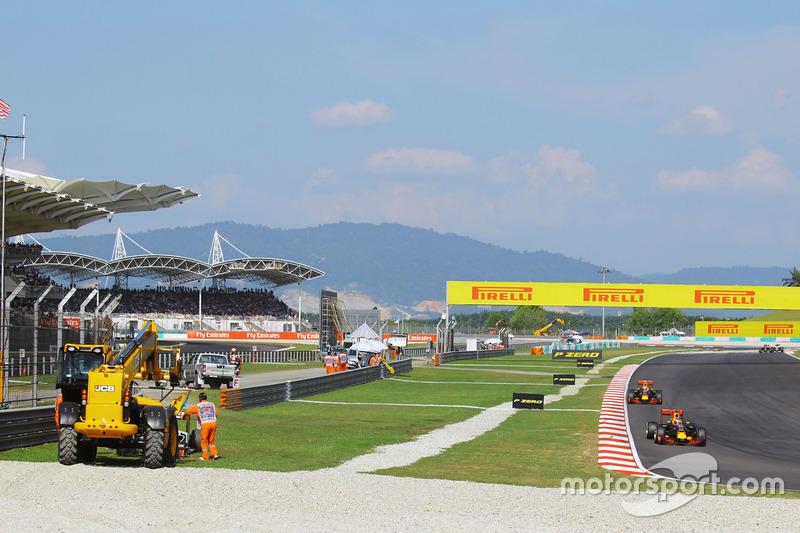 Los dos Red Bull pasan junto al Haas de Gutiérrez en Sepang