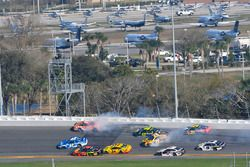 Crash: Daniel Suarez, Joe Gibbs Racing Toyota, Jimmie Johnson, Hendrick Motorsports Chevrolet Camaro