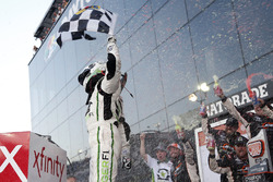 Tyler Reddick, JR Motorsports, BurgerFi Chevrolet Camaro festeggia la sua vittoria