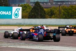 Stoffel Vandoorne, McLaren MCL33 Renault, Sergey Sirotkin, Williams FW41 Mercedes, and Brendon Hartley, Toro Rosso STR13 Honda, at the start of the race